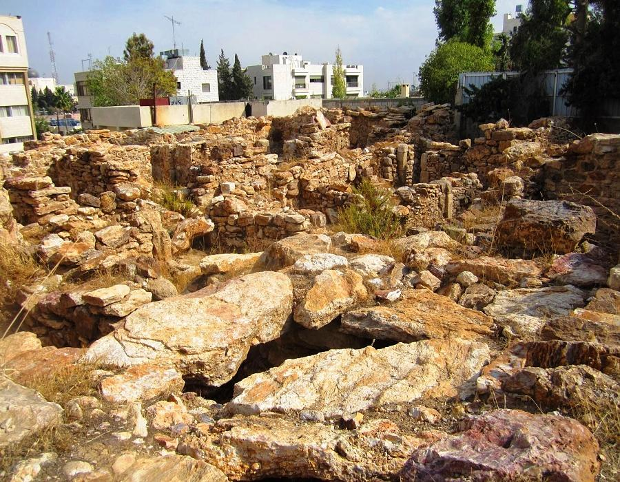 Rujm AlMalfouf -Remains of constructions adjacent to the tower